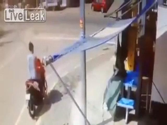 Bố đánh rơi con khi đi xe máy