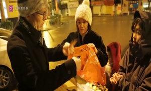 Đại sứ New Zealand mang bánh chưng tự gói cho người vô gia cư trong đêm