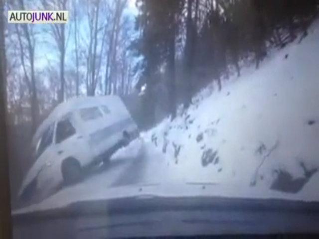 Đánh lái trượt vì đường trơn tuyết, xe lao xuống vực