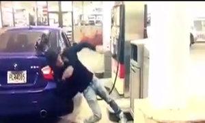 Anh chàng nhảy 'bá đạo' trong lúc đổ xăng