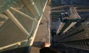 Thót tim với cảnh đi trên rìa toà nhà cao tầng ở Dubai