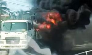 Ôtô chở thùng xốp bốc cháy ngùn ngụt trên quốc lộ