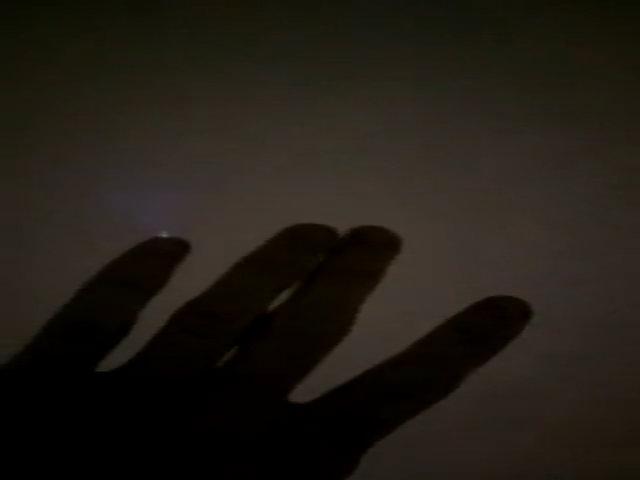 Hiện tượng khiến ngón tay phát điện quang màu xanh dương