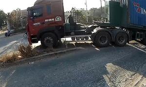 Xe container lao qua dải phân cách để sang đường