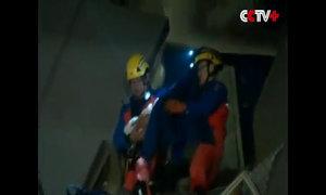 Bé sơ sinh được cứu từ nhà cao tầng sập ở Đài Loan