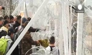 Người tị nạn trèo rào qua biên giới Macedonia