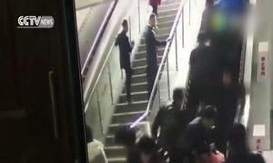 Thang cuốn đột ngột đảo chiều làm hơn chục người ngã ở Trung Quốc
