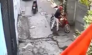 Nam thanh niên bị mất xe máy vì vào nhà uống nước