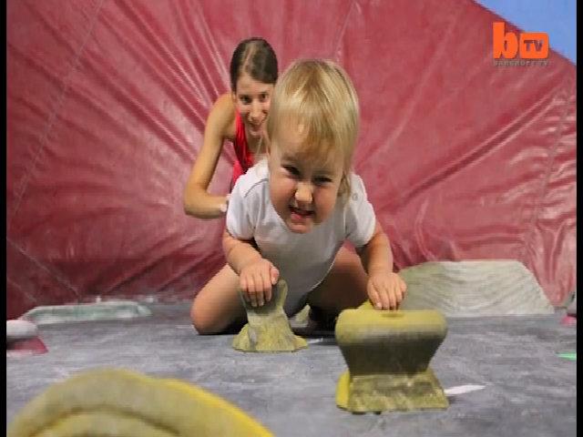 Cô bé leo núi thành thạo trước khi biết đi