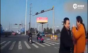 Ông nội đón bé 2 tuổi văng xuống đường cao tốc