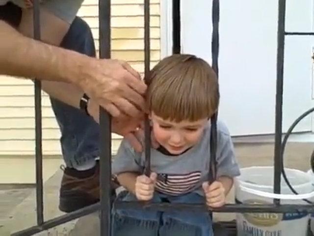 Cách xử lý thông minh của cậu bé Mỹ khi mắc kẹt sau song sắt