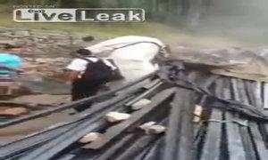 Xe tải chở sắt bị lật tại Brazil