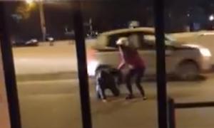 Thanh niên lao ra giữa đường bị xe máy tông ở Hà Nội