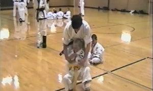 Cậu bé 'tấn công' thầy dạy võ, giải cứu bạn gái
