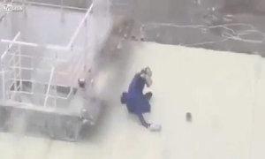 Người đàn ông ba lần ngã nhào vì gió mạnh