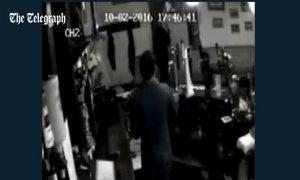 Tài xế xe bus phá nát cửa hàng sau khi bị sa thải