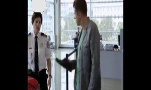 Người đàn ông sững sờ trước hành động của nhân viên an ninh