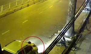 Cạy cửa ôtô trộm đồ giữa phố Sài Gòn