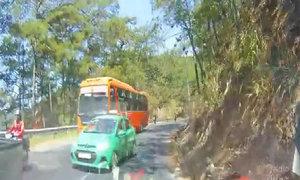 Taxi vượt ẩu khi suýt đâm xe đổ đèo