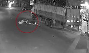 Xe máy tốc độ cao ngã lộn vòng vì đâm ôtô tải đỗ bên đường.