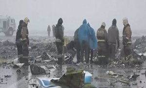 Điều tra viên làm việc tại hiện trường máy bay rơi ở Nga