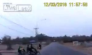 Ôtô đâm xe máy lao ngang đường