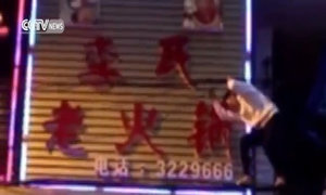 Người phụ nữ nhảy múa trên dây điện chăng ngang phố