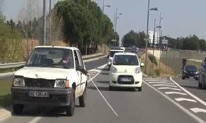 Trò đùa bị mù vẫn dùng gậy dò đường để lái xe
