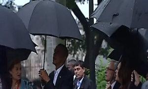 Gia đình Obama đội mưa tham quan Cuba