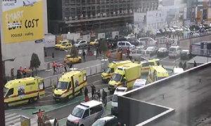 Xe cứu thương tập hợp ngoài sân bay ở thủ đô Bỉ