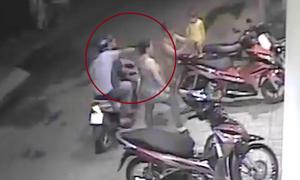 Cướp đi 'ăn đêm' giật điện thoại bất thành ở Sài Gòn