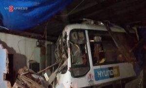 Ôtô khách mất thắng tông sập hai căn nhà trong đêm