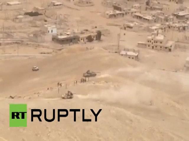 Quân đội Syria cắm cờ, đánh dấu chiến thắng ở thành cổ Palmyra