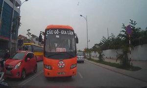 Xe con 'cứng đầu' ép ôtô buýt vượt ẩu chạy đúng làn