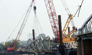 Cần cẩu 500 tấn nâng nhịp cầu Ghềnh ở đáy sông sâu 14 m