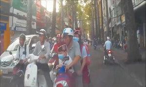 Xe máy chở trẻ em lấn làn, suýt đấu đầu với ôtô