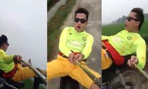 Lái xe máy bằng chân, 'tự sướng' để cổ vũ đội bóng Thanh Hoá