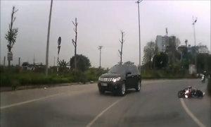 Nam thanh niên đi xe máy ngược chiều suýt chui vào gầm ôtô