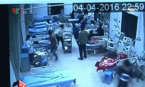 Côn đồ xông vào phòng cấp cứu chém bệnh nhân