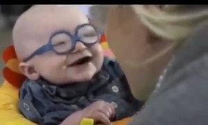 Khoảnh khắc bé trai mù lần đầu tiên nhìn thấy mẹ