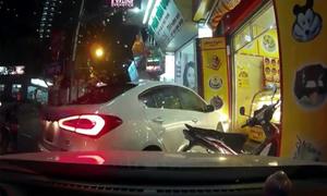 Tài xế ôtô nhầm chân ga lao thẳng vào cửa hàng ở Hà Nội