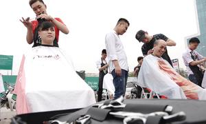 Cắt tóc thời trang miễn phí trên vỉa hè Hà Nội
