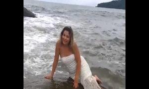Người đẹp trả giá vì tạo dáng trước biển