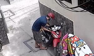 Tên trộm bịt mặt bẻ khóa xe máy trong tích tắc