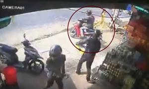 Đám đông đuổi đánh thanh niên trộm đồ trong tiệm tạp hóa