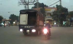 Thiếu nữ đi xe máy suýt bị ôtô tải cán