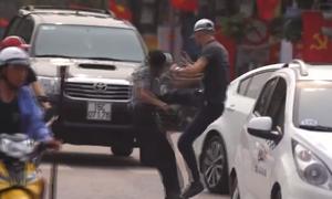 Nam thanh niên đá song phi kẻ cầm mũ bảo hiểm đập ôtô