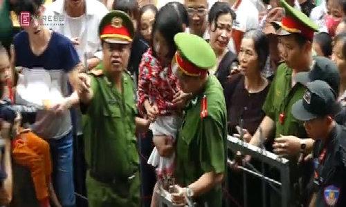 Cảnh sát 'giải cứu' hàng trăm cháu bé ở biển người Đền Hùng
