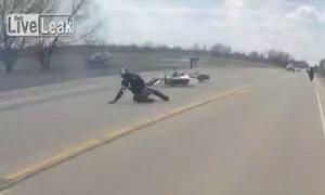 Tay lái môtô thoát khỏi gầm xe tải trong nháy mắt
