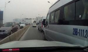Ford Transit vượt ẩu trên cầu Vĩnh Tuy